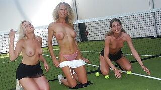 Tennis partouze entre copines exhib