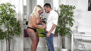 Mature comme �a Anna Valentina drops on her knees respecting make him hard