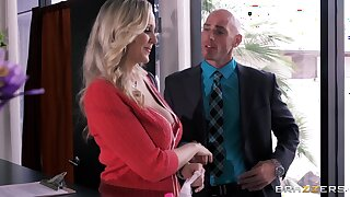 Busty secretary Julia Ann drops on her knees with occupy her Mr Big brass